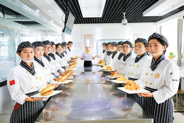 """选小学,找初中,上高中都知道选择好学校的重要性,同样的,学厨师选择一个""""好老师""""同等的重要。学校的主讲教师都曾在星级酒店担任厨师长,技术总监是有30多年行业经验的行业长辈们。所以学生们学到的都是行业接轨的菜种并且可以掌握更多的烹饪技巧。因此,学校出来的学生基本工扎实,上手快,非常受企业的欢迎。"""